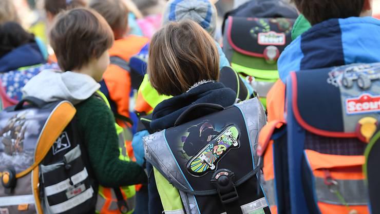 Die Kinder kehren in den Strassenverkehr zurück: Die Zürcher Polizeien werden in der kommenden Woche vermehrt in der Nähe von Schulhäusern präsent sein.