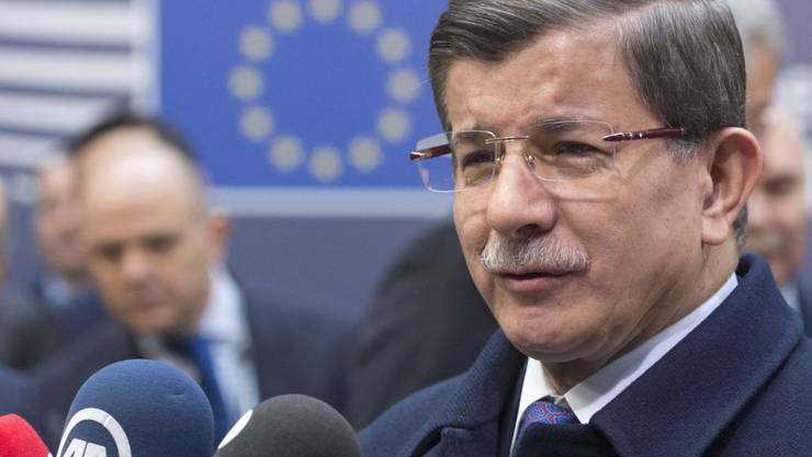 Der türkische Premierminister Ahmet Davutoglu bei seiner Ankunft am Freitag in Brüssel. Ankara gehen die Angebote der EU beim Flüchtlingsdeal zu wenig weit.