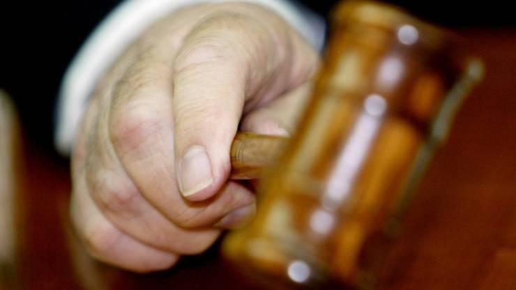 Ein Mann aus Guinea muss für über drei Jahre ins Gefängnis, weil er unter anderem seine getrennt lebende Ehefrau mehrfach angegriffen und einmal vergewaltigt hat. Das entschied das Luzerner Kriminalgericht. (Symbolbild)