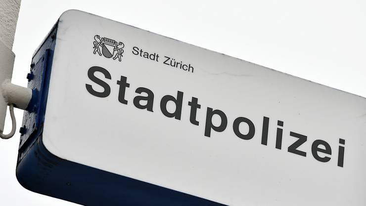 Die Polizisten der Kantonspolizei hielten die mutmasslichen Uhrendiebe bis zum Eintreffen der Stadtpolizei Zürich zurück.