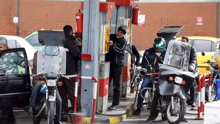 Die US-Sanktionen richten sich unter anderem gegen den iranischen Ölsektor, hier eine Tankstelle in Teheran. (Archivbild)