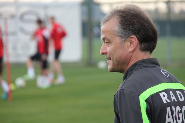 Assistenztrainer Thomas Binggeli beobachtet das Training