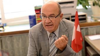 Das SVP-Sünneli am Revers, das Schweizer Fähnchen auf dem Bürotisch – Christian Miesch weiss, wo er zu Hause ist.