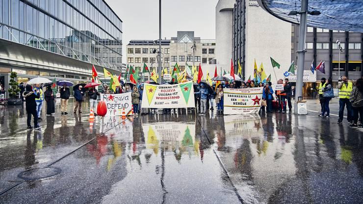 Auf dem Aarauer Bahnhofplatz haben am Dienstagabend rund 100 Personen gegen den türkischen Einmarsch in Syrien demonstriert.