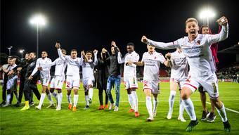 Der FC Sion lässt sich nach dem späten Siegtreffer in der 93. Minute und den überaus wichtigen drei Punkten von den Fans feiern.