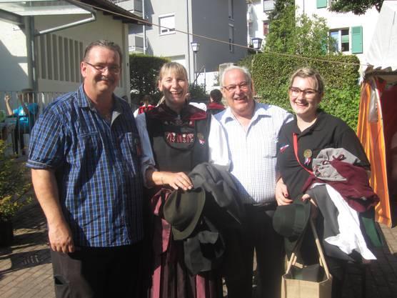 Der Waldshuter Oberschützenmeister Christoph Wassmer mit Freu, Tochter und Sportschützenpräsident Albert Buchwalder