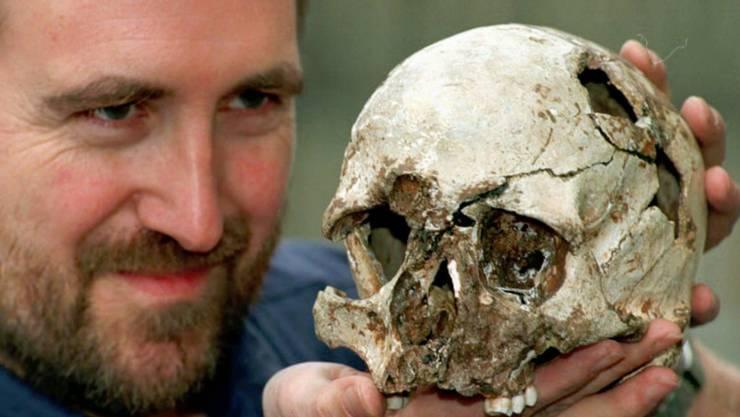 Ein Forscher mit dem Schädel des Cheddar Manns. (Archiv)