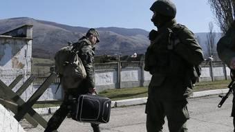 Ein ukrainischer Soldat (links) verlässt seine Basis auf der Krim