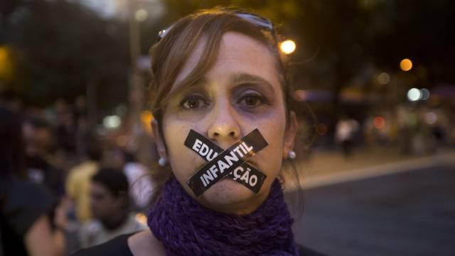 Eine Brasilianerin protestiert in Rio im Vorfeld der Fussball-WM