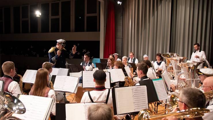 Musikgesellschaft Härkingen unter der Leitung von Andreas Moser.