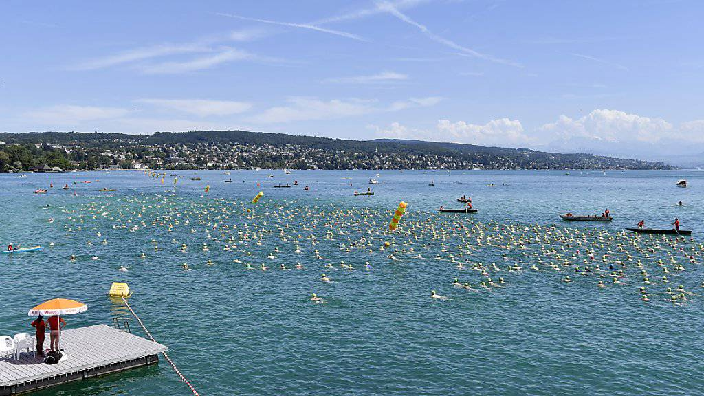 10'705 Personen haben am Mittwoch den Zürichsee überquert. Auf der 1,5 Kilometer langen Streckeverlor ein Teilnehmer aus bislang ungeklärten Gründen das Bewusstsein und verstarb trotz Wiederbelebungsversuchen.