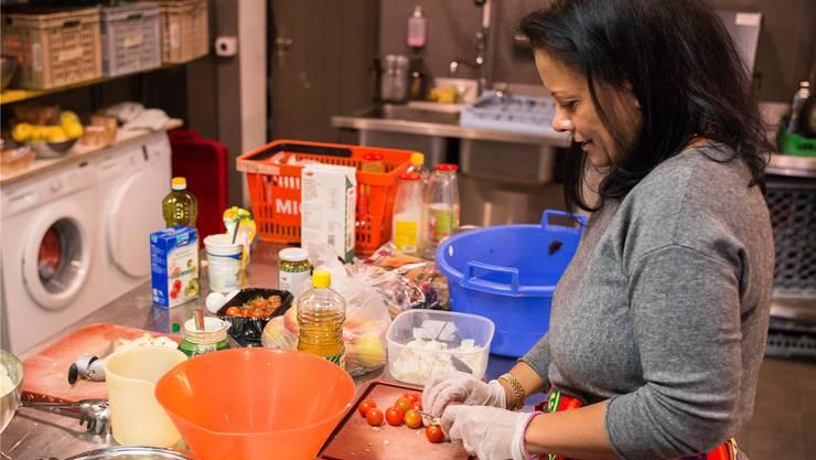 Hoda Elsherif hackt die Tomaten für das Betengan Mikhalil.