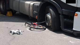 Schlimmer Unfall in Allschwil: Velo gerät unter Lastwagen