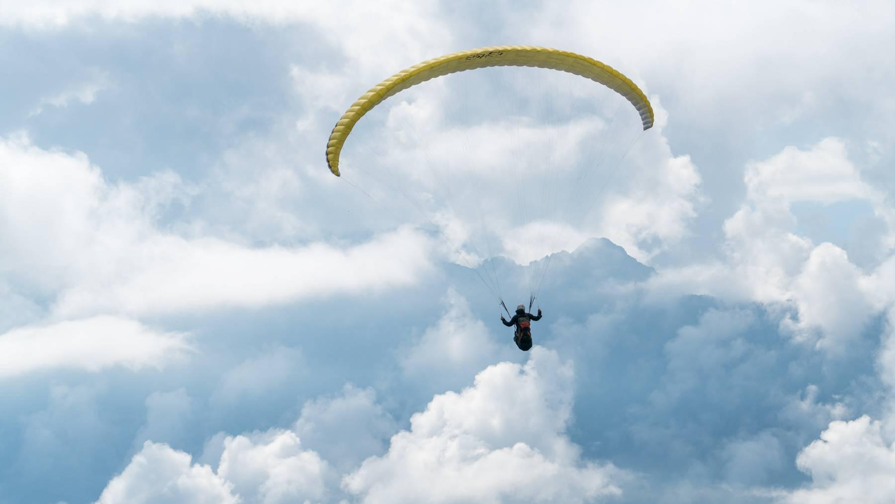 Der Gleitschirmflieger wurde in einem unwegsamen Gelände gefunden. (Symbolbild)