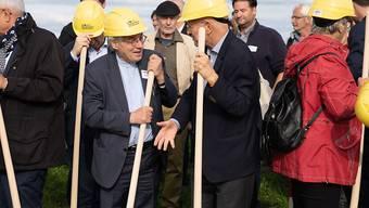 Architekt Mario Botta (in der Mitte links) und der frühere Astronaut Claude Nicollier (rechts) beim Spatenstich für das neue Observatorium oberhalb des Dorfes Niedermuhlern BE.