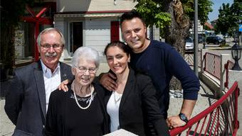 Freude über die Wiedereröffnung (v. l.): Gemeindepräsident Stefan Hug, Klara Arnold (bisherige Besitzerin), Kosovare und Ali Fetahu (neue Besitzer).