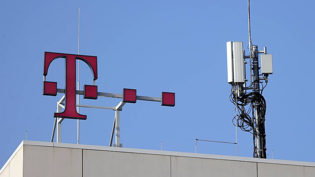Dank dem Zusammenschluss der US-Tochter T-Mobile US mit dem kleineren Konkurrenten Sprint hat die Deutsche Telekom im vergangenen Jahr erstmals mehr als 100 Milliarden Euro Umsatz gemacht. (Archivbild)