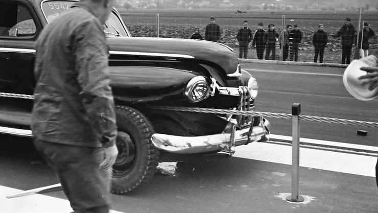 Bei einem Unfall im Gäu schlitzte das damals noch als Abtrennung dienende Spannseil zwischen den Fahrbahnen den Kotflügel dieses Autos auf.