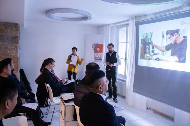 Eine Delegation aus China interessiert sich für das duale Bildungssystem der Schweiz.