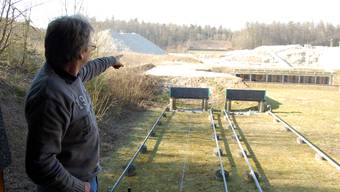 Thomas Oertig zeigt, wo in der Schiessanlage Lenzhard künftig auf 100 Meter geschossen werden kann.  HH.