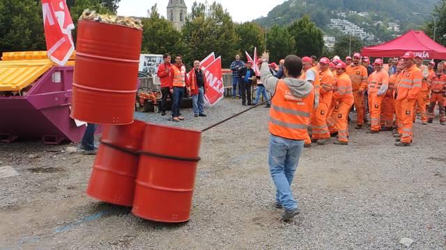 Symbolischer Akt: Die Bauarbeiter reissen die Stellung des Schweizerischen Baumeisterverbands ein.