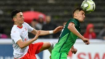 Der Luzerner Ruben Vargas (links) kann sich gegen den Slowenen Matija Rom nicht behaupten.