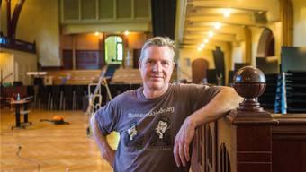 Urs Alber bereitet als frischgebackener Hauswart den Konzertsaal für die Saison ab Ende Schulferien vor.