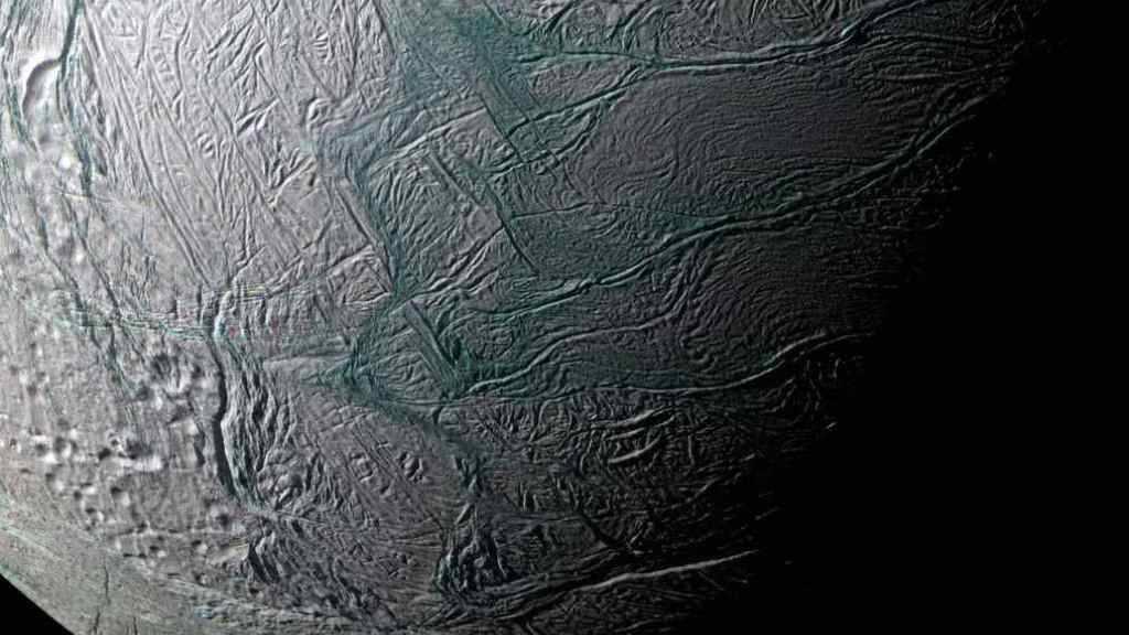 Blick auf den Eispanzer des Saturnmonds Enceladus. Darunter soll ein Ozean verborgen sein.