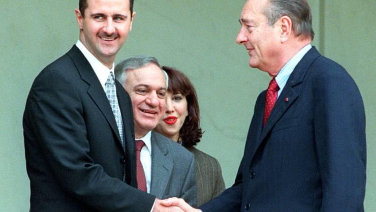 Frankreichs damaliger Präsident Jacques Chirac (Rechts) zeichnete 2001 den syrischen Staatschef Baschar al-Assad mit dem Grosskreuz der französischen Ehrenlegion aus. (Symbol)