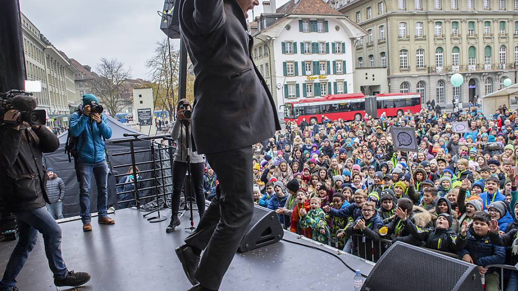 Bundesrat Alain Berset springt in die Luft am Tag der Kinderrechte am Mittwoch auf dem Bundesplatz in Bern. Vor 30 Jahren verabschiedete die Uno die Konvention über die Rechte des Kindes. Die Schweiz hat die Kinderrechtskonvention 1997 ratifiziert.