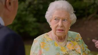 Ausschnitte aus dem Garten-Spaziergang der Queen mit Sir David Attenborough. Der Trump-Witz: ab Minute 0.25.
