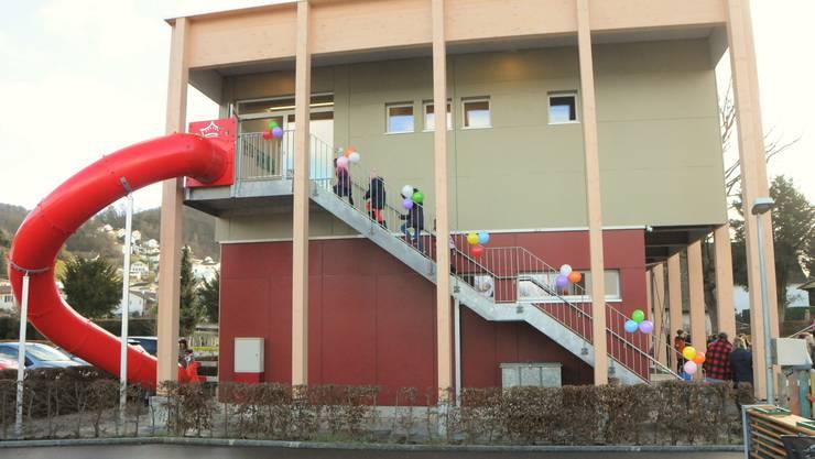 Eine Treppe führt zum Eingang des neuen Pavillons im ersten Obergeschoss – und zur knallroten Rutsche. Im Erdgeschoss der rote Pavillon, der bereits bestand.