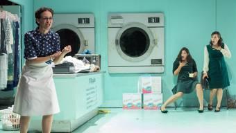 Angelina Cenerentola (Inès Berlet), Clorinda (Jeanne Dumat) und Tisbe (Juliette de Banes Gardonne) singen sich im Waschsalon an.