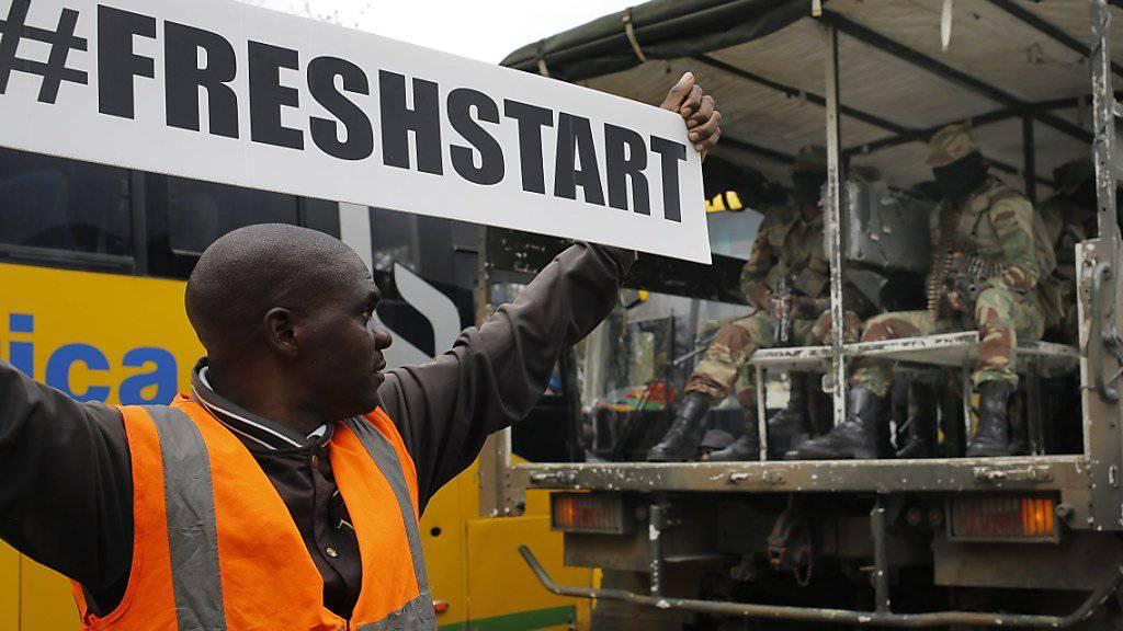 """Dieser Mann fordert bei einer Demonstration in Simbabwes Hauptstadt Harare einen """"neuen Start"""". Das Militär will am Sonntag erneut mit dem langjährigen Präsidenten Mugabe über dessen Rückritt verhandeln."""