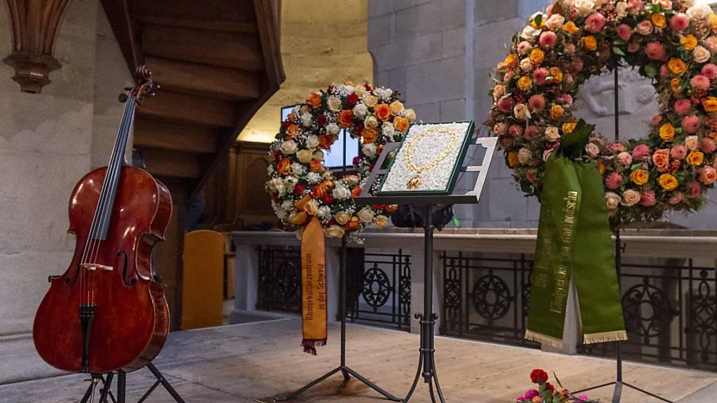 """Ein Cello ohne Musiker: Beat Richners """"Blondine"""" bleibt an der Gedenkfeier im Zürcher Grossmünster stumm. Daneben ausgestellt der Orden, den der Kinderarzt vom kambodschanischen Staat erhielt."""
