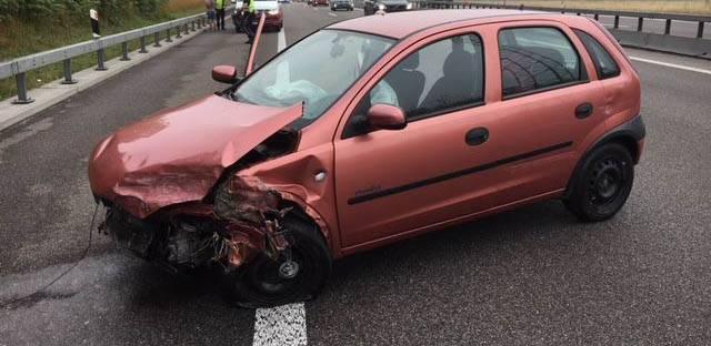 Eine Autofahrerin kam auf der A1 von der Fahrbahn ab, prallte in die Randleitplanke, dann schlitterte sie über die Fahrbahn und stiess in die Mittelleitplanke. Ein Kind wurde leicht verletzt. Zudem wurden 40 Meter der Mittelleitplanke beschädigt.