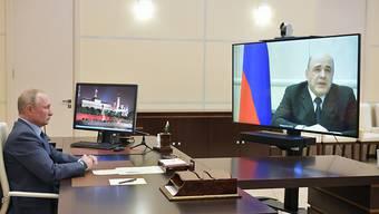 Russlands Regierungschef Michail Mischustin (rechts) ist mit dem Coronavirus infiziert. Er geht in Selbstisolation.