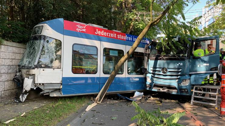 In der Albisriederstrasse kollidierte ein Tram mit einem Lastwagen.