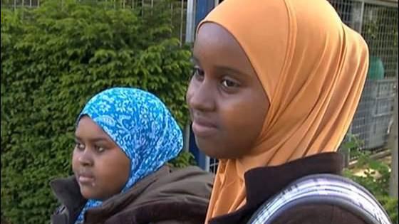 Die beiden somalischen Mädchen dürfen wieder mit Kopftuch in die Schule.