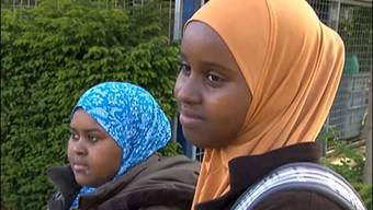 Dürfen die beiden Mädchen bald nicht mehr mit Kopftuch in die Schule?