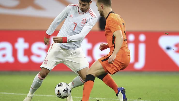 Spaniens Topstürmer Alvaro Morata (links) gegen den Niederländer Verteidiger Joel Veltman