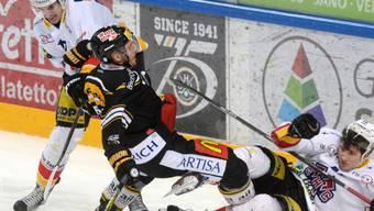 Lugano (Steve Hirschi/rechts) und Biel (Igor Jelovac) liefern sich einen ausgeglichenen Fight.