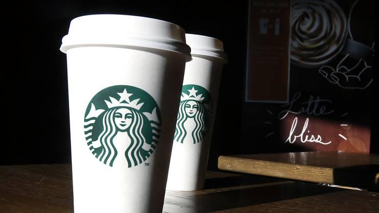 Die Café-Kette Starbucks will ihren Mitarbeitern in den USA mehr zahlen. (Archiv)