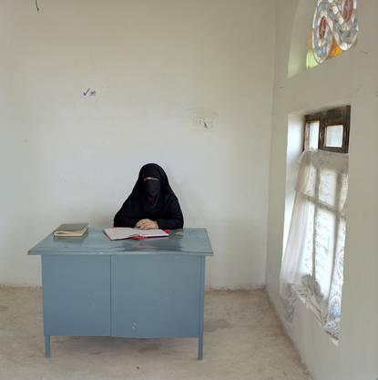 Yemen, bureaucracy, (c) Jan Banning 2006. Nadja Ali Gayt arbeitet für das Ministerium für Agrikultur, im im Ausbildungszentrum für Landfrauen. Monatslohn: 28,500 (110 Euro.