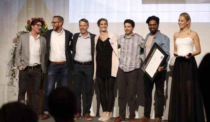 Die Auszeichnung wird an das Vivell-Team und ihre Partner übergeben.