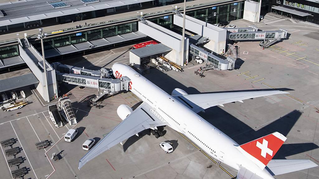 Eine Maschine der Fluggesellschaft Swiss am Flughafen Zürich. (Archivbild)