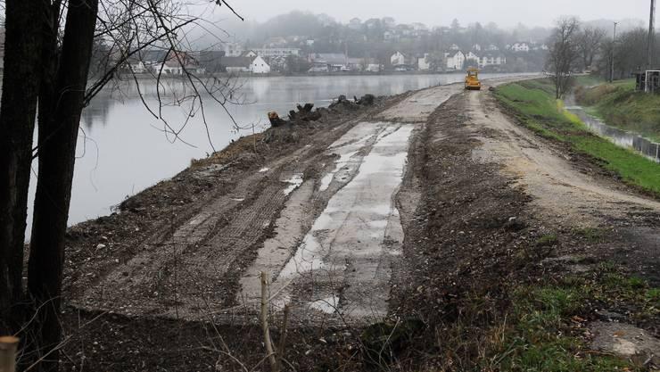 Gemeindegebiet Böttstein:  Der bestehende Damm wird aufgeschüttet und verdichtet. (Bild: Angelo Zambelli)