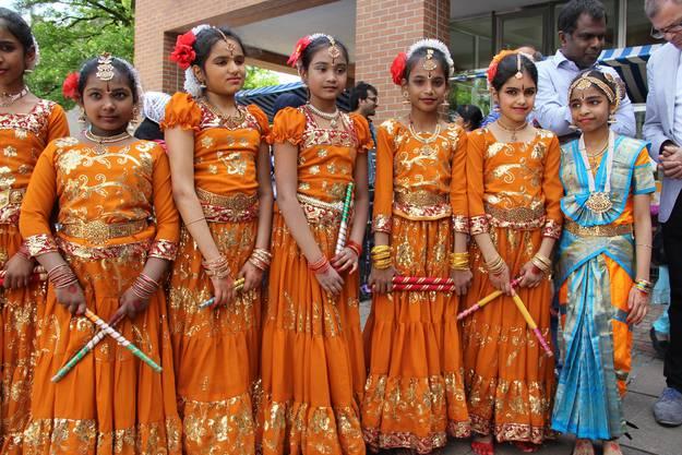 Goldenes Kostüm und ganz viel Glitzer gibt es bei der Tanzgruppe aus Sri Lanka
