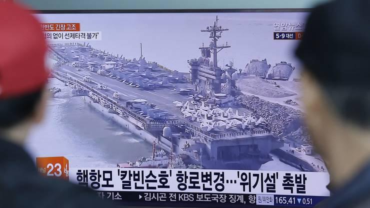 Das südkoreanische Fernsehen zeigt Bilder des Flugzeugträgers USS Carl Vinson, den die USA entgegen einer Ankündigung noch nicht vor Nordkorea postiert haben.