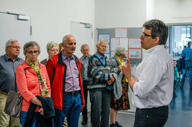 Andreas Lustenberger, Betriebsleiter Wendpunkt Muhen, führt eine Gruppe von Besuchern durch das Gebäude.